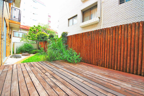 ウッドデッキの設置された約29平米の広々とした専用庭