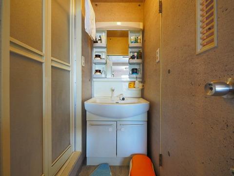 きちんと収納スペースを確保された洗面台