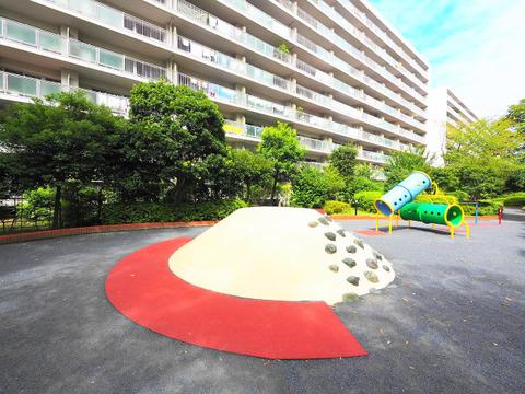 遊具のある緑豊かな憩いの公園