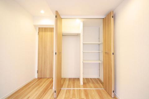 約4.9帖のお部屋にある収納には片付けやすい可動棚付き
