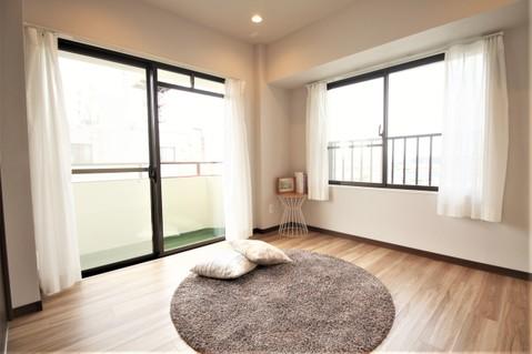 約5.3帖の洋室にも2面の窓があり心地よい光と風を感じられます