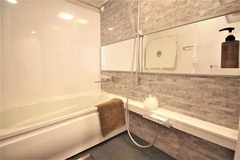 清潔感のあるホワイト調の浴室で、ゆったりとしたバスタイムを