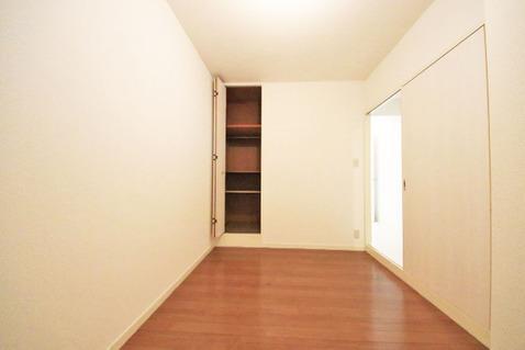 洋室約4.4帖 収納スペース付き