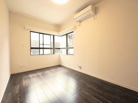 約6.3帖のお部屋には2面の窓なのでやわらかな日差しが差し込みます