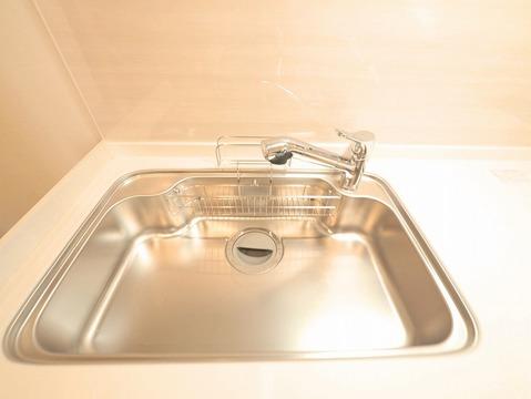 ゆとりのあるサイズのシンクで洗い物も楽々に