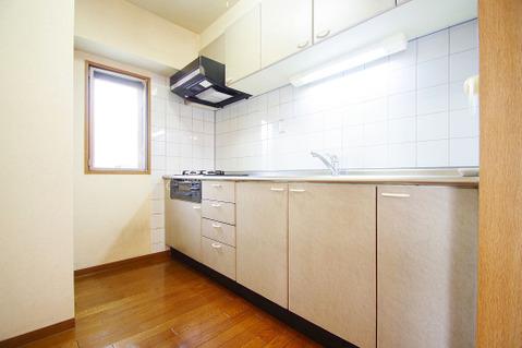 窓から明るい光が差し込むキッチン