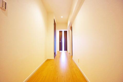 シンプルですっきりとした廊下