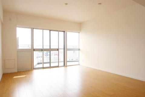 大きな窓があるリビングは、たくさんの陽射しをお部屋に取り入れてくれます