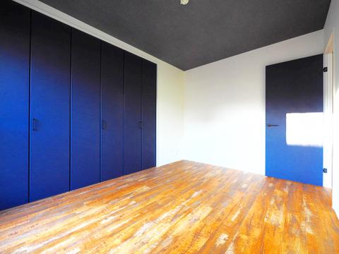 扉の色とフローリングの色がシックな雰囲気を演出してくれます