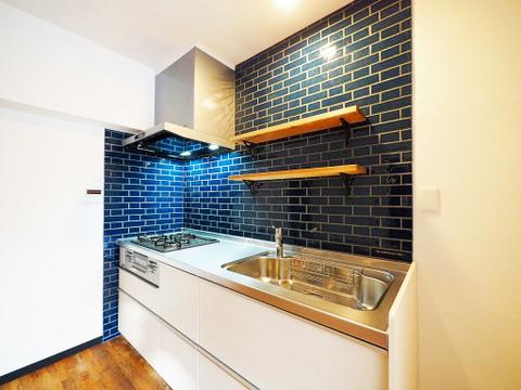 タイルと造作棚が印象的なキッチン
