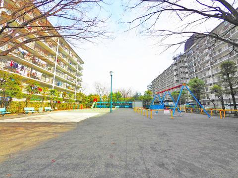 お子様が自由に遊べる敷地内の公園