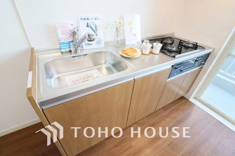 ご家族で使えるキッチンは、シンプルで使い易いシステムキッチンを完備