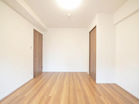 約6.4帖の洋室にも両開きのクローゼット付