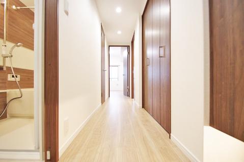 優しいブラウンとホワイトが特徴の廊下