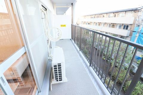 日当たりの良いバルコニーで晴れの日の洗濯物も楽しみになりますね