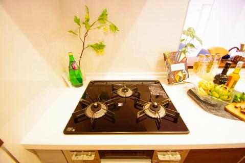 3口ガスコンロでお料理のスピードもUP。効率よくお料理できますね