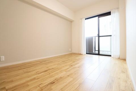 約6.1帖の洋室にもバルコニーがあり、陽当たり・通風良好