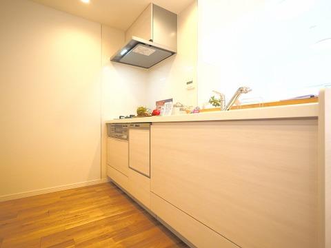 ホワイトを基調とした清潔感のあるシステムキッチン