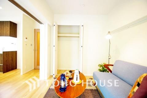 お部屋の扉を開ければ、リビングと繋がりよりゆったりとした空間に