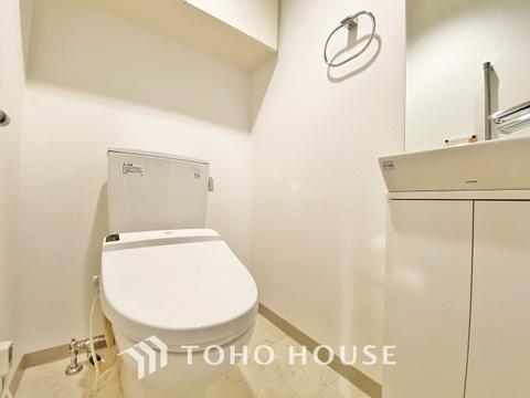 トイレには専用手洗い場付、収納付きでトイレ回りも綺麗に