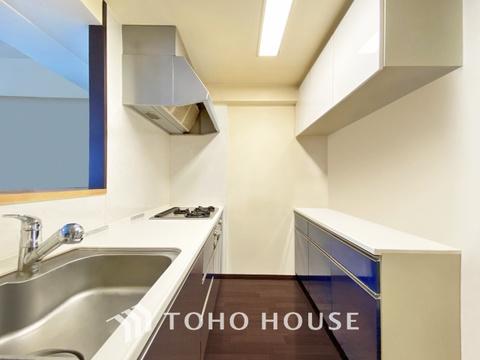 落ち着きのあるカラーで統一された清潔感と気品が溢れるキッチン(現地には家具があります)
