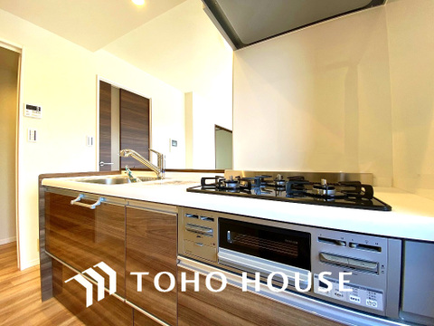 スタイリッシュなデザインのキッチン回り収納も豊富で、綺麗な空間を保てますね