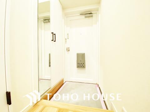 玄関にもたっぷりの収納と、大きな姿見で出かけ前の身だしなみチェックもできます