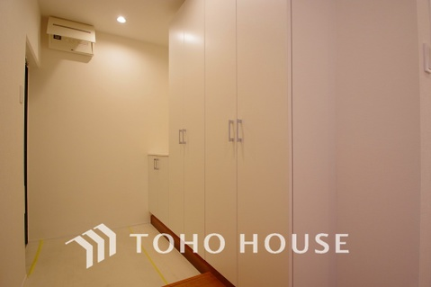 たっぷりの収納スペースを設けた優しい雰囲気の玄関