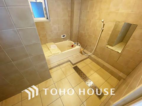空気がこもってしまわないよう浴室には小窓設置で通気性アップ