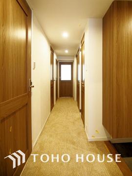 落ち着いた印象のカーペット張りの廊下