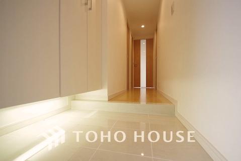 足元もやさしく照らしてくれる白を基調とした玄関