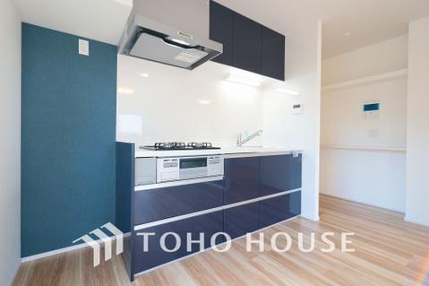 落ち着きのあるシックなカラーで統一された清潔感と気品が溢れるキッチン