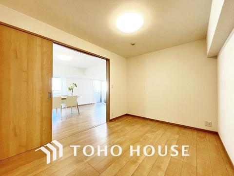 リビング横のお部屋はお食事後や入浴後のくつろぐ空間に