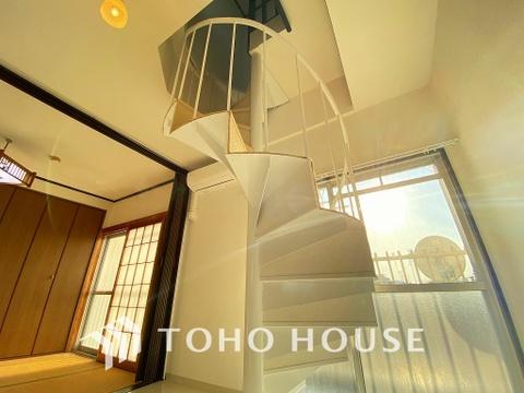 洋室約6.7帖へと上れるらせん階段