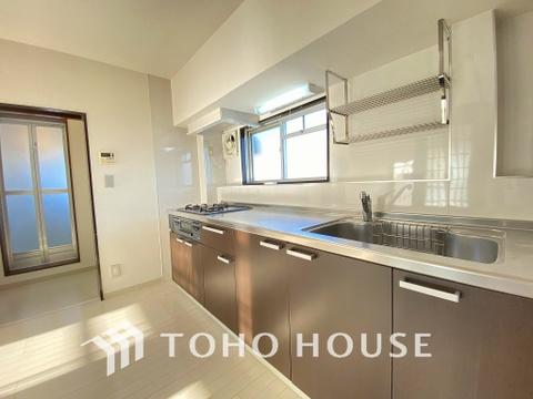 落ち着きのあるカラーで統一された清潔感と気品が溢れるキッチン