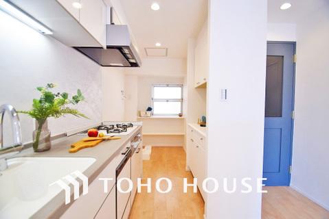 スタイリッシュなデザインのキッチン回り。収納も豊富で、綺麗な空間を保てます
