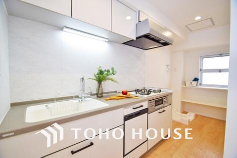 落ち着きのあるホワイトで統一された清潔感と気品が溢れるキッチン