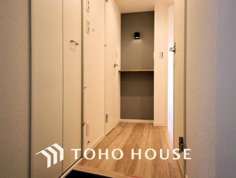 明るさとコントラストを兼ね備えた玄関。家族の帰りを暖かく迎えてくれます。