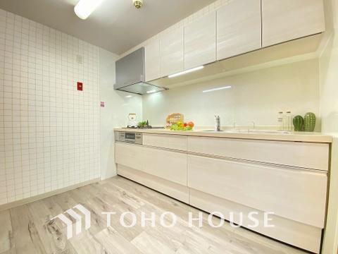 シンプルな部屋の雰囲気に溶け合うホワイトカラーのキッチン