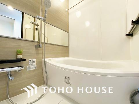 淡い色合いの浴室は一日の疲れを癒す特別な空間に