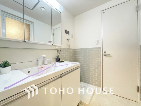 洗面台には三面鏡を採用。身だしなみを整えやすく収納量も良好です
