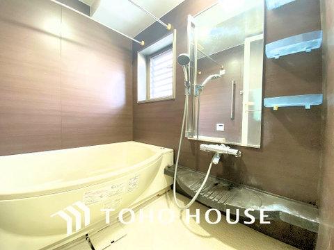 空気がこもってしまわないよう浴室には小窓設置で通気性もばっちりです