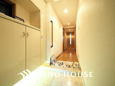 玄関には充実の収納スペースがあり、ご家族分の履物も余裕で収納可能です。