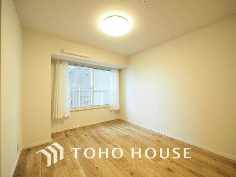 暖かい陽射しがさしこむ洋室は約5.9帖の空間
