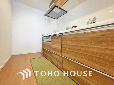 シンプルな部屋の雰囲気に溶け合うナチュラルキッチン