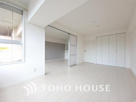 暖かい陽射しがさしこむ洋室は約8帖の広々空間、大きめの家具を置いてコーディネイト