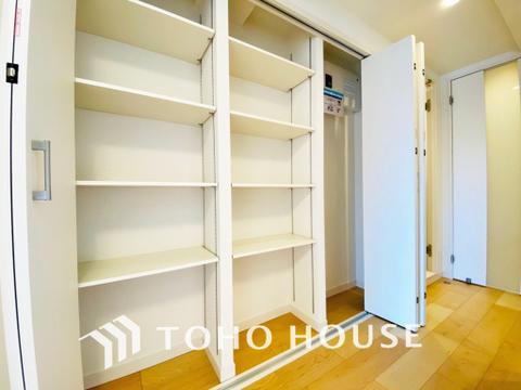 キッチン横には大容量の収納スペースを完備しています
