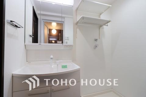 新規設置の洗面化粧台。収納豊富で使い勝手の良い3面鏡です