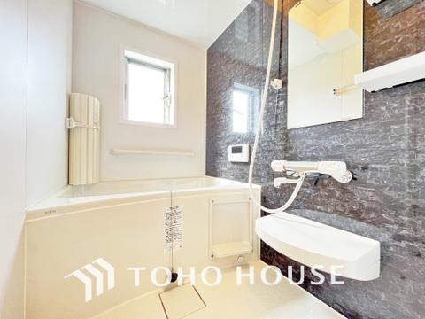 空気がこもってしまわないよう浴室には小窓設置で通気性良好
