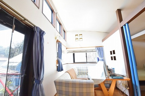 窓の多いお部屋は、たっぷりの陽射しを取り入れてくれます